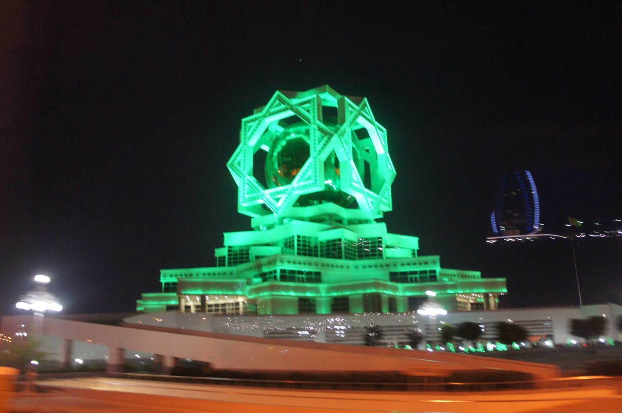 トルクメニスタンの旅(13) アシハバードの夜景と夕食とホテル_c0011649_01041195.jpg
