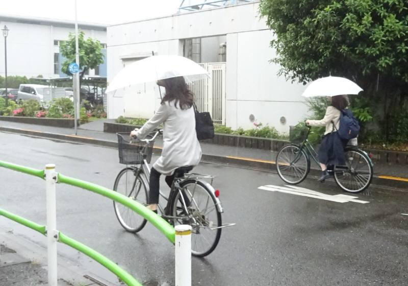 雨の日の傘差し自転車はどのくらいか_f0059673_18411845.jpg