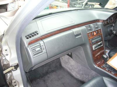 メルセデスベンツ E230(W210) グローブボックス修理_c0267693_16271833.jpg