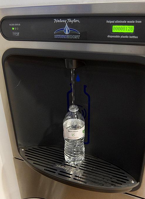 NYの5番街のマイクロソフト・ストアにあるペットボトル専用の自動給水ステーション_b0007805_21315235.jpg