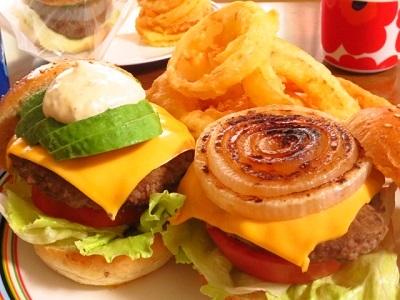 ランチのハンバーガーとおやつのティラミス_f0231189_13204472.jpg