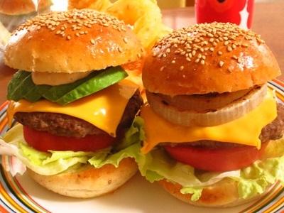 ランチのハンバーガーとおやつのティラミス_f0231189_13205941.jpg