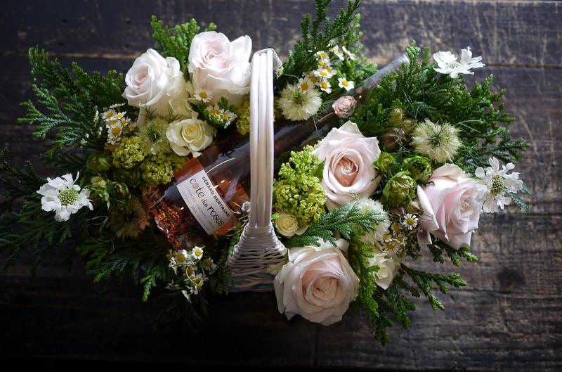 結婚式に、ワイン埋め込みのアレンジメント。札幌ファクトリーにお届け。2017/05/26。_b0171193_17040347.jpg