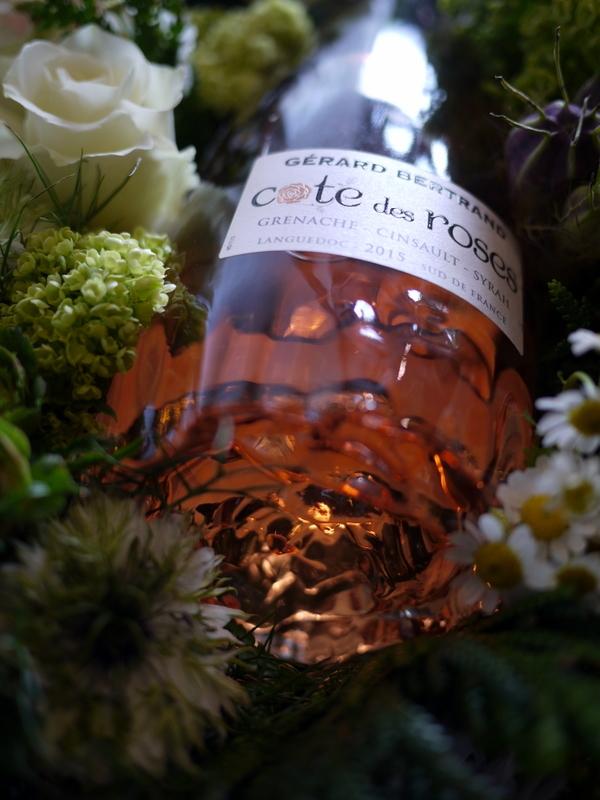 結婚式に、ワイン埋め込みのアレンジメント。札幌ファクトリーにお届け。2017/05/26。_b0171193_17041640.jpg