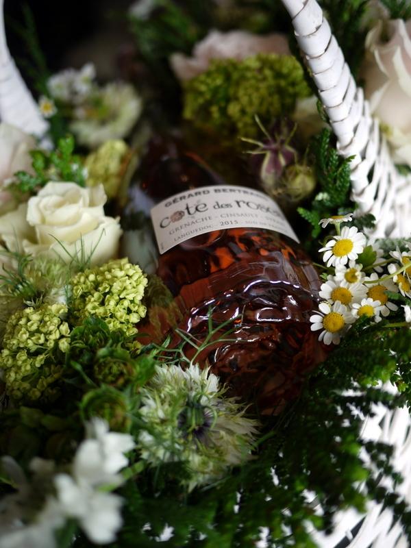 結婚式に、ワイン埋め込みのアレンジメント。札幌ファクトリーにお届け。2017/05/26。_b0171193_17042436.jpg