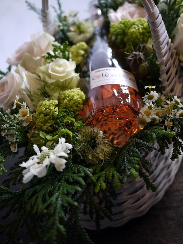 結婚式に、ワイン埋め込みのアレンジメント。札幌ファクトリーにお届け。2017/05/26。_b0171193_17043698.jpg