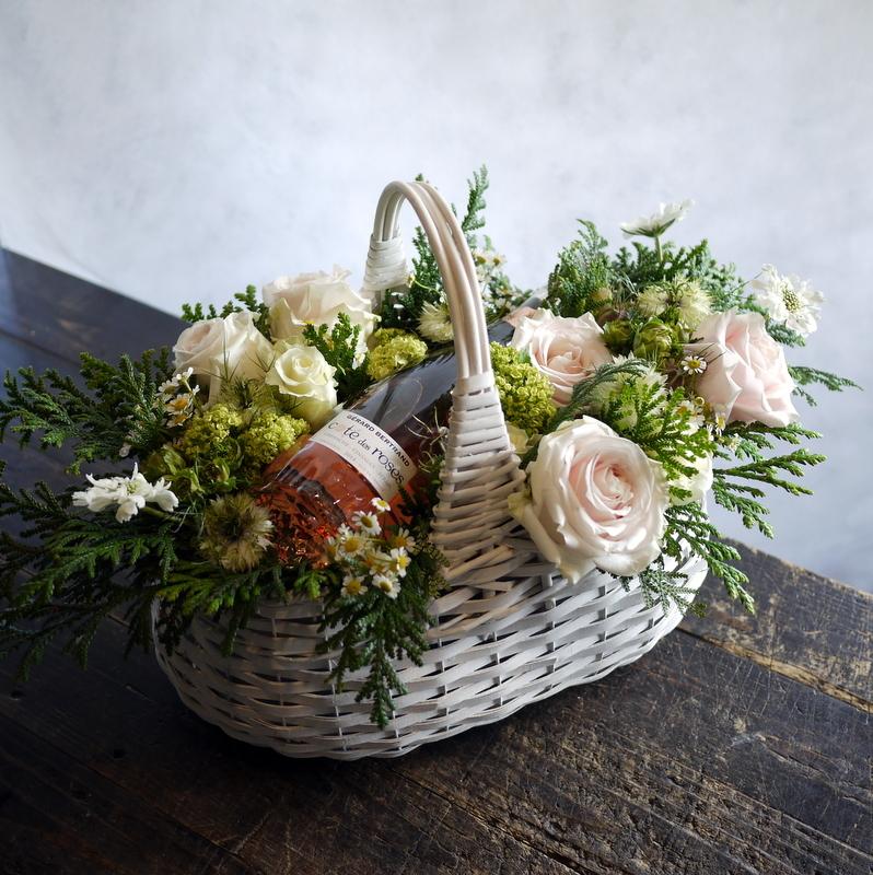 結婚式に、ワイン埋め込みのアレンジメント。札幌ファクトリーにお届け。2017/05/26。_b0171193_17045716.jpg