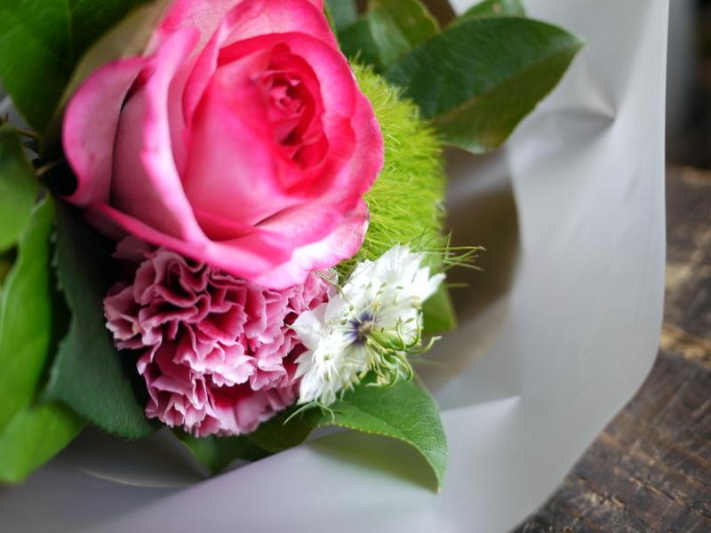 亡くなった猫ちゃんに。アレンジメント2種と花束。2017/05/28。_b0171193_18424866.jpg
