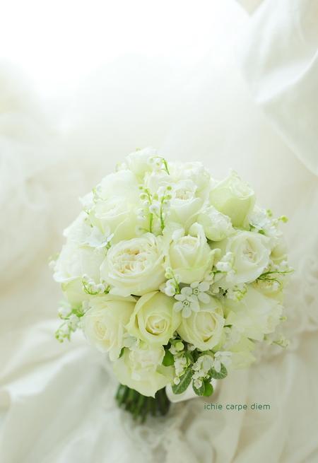 クラッチ風ブーケ 八芳園さまへ 鈴蘭と白バラのブーケ、挙式から披露宴まで長持ちさせる方法として_a0042928_1750431.jpg