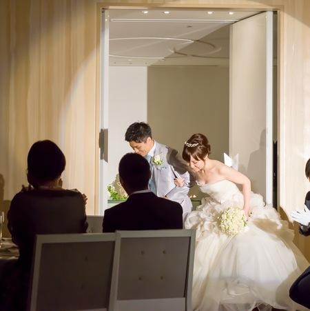 クラッチ風ブーケ 八芳園さまへ 鈴蘭と白バラのブーケ、挙式から披露宴まで長持ちさせる方法として_a0042928_1757862.jpg