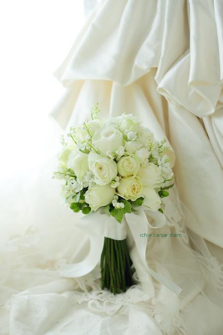 クラッチ風ブーケ 八芳園さまへ 鈴蘭と白バラのブーケ、挙式から披露宴まで長持ちさせる方法として_a0042928_186876.jpg