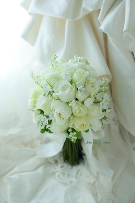 クラッチ風ブーケ 八芳園さまへ 鈴蘭と白バラのブーケ、挙式から披露宴まで長持ちさせる方法として_a0042928_1882643.jpg
