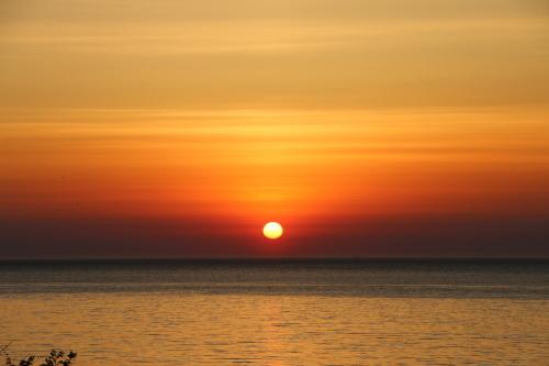 日本海に沈む太陽、鯵ヶ沢温泉 ホテルグランメール山海荘の庭園より望む_c0075701_05414920.jpg