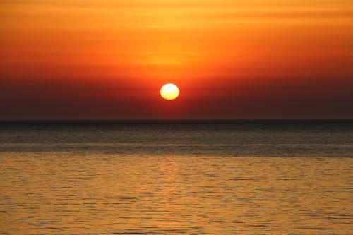 日本海に沈む太陽、鯵ヶ沢温泉 ホテルグランメール山海荘の庭園より望む_c0075701_05415796.jpg