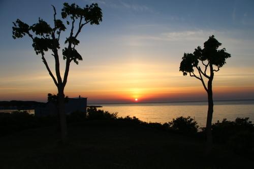 日本海に沈む太陽、鯵ヶ沢温泉 ホテルグランメール山海荘の庭園より望む_c0075701_05420797.jpg