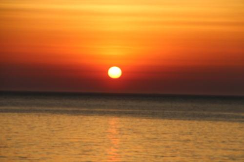 日本海に沈む太陽、鯵ヶ沢温泉 ホテルグランメール山海荘の庭園より望む_c0075701_05421670.jpg