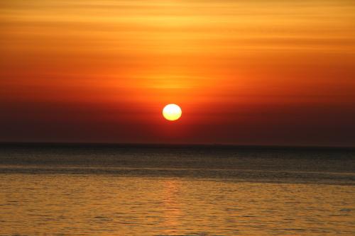日本海に沈む太陽、鯵ヶ沢温泉 ホテルグランメール山海荘の庭園より望む_c0075701_05422419.jpg