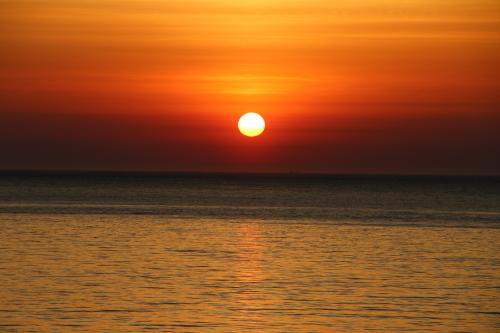 日本海に沈む太陽、鯵ヶ沢温泉 ホテルグランメール山海荘の庭園より望む_c0075701_05423256.jpg
