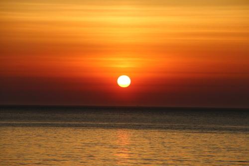 日本海に沈む太陽、鯵ヶ沢温泉 ホテルグランメール山海荘の庭園より望む_c0075701_05424156.jpg
