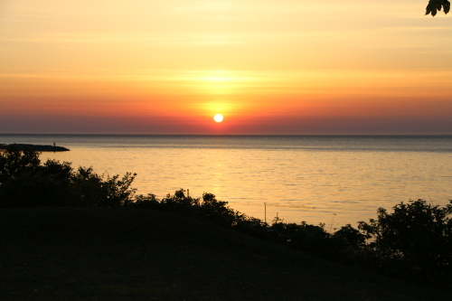 日本海に沈む太陽、鯵ヶ沢温泉 ホテルグランメール山海荘の庭園より望む_c0075701_05424855.jpg