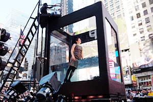 NYのタイムズ・スクエアに巨大水槽が出現し、水中パフォーマンス・ショー?!_b0007805_0584679.jpg