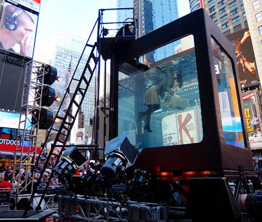 NYのタイムズ・スクエアに巨大水槽が出現し、水中パフォーマンス・ショー?!_b0007805_058491.jpg