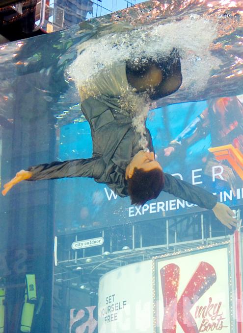 NYのタイムズ・スクエアに巨大水槽が出現し、水中パフォーマンス・ショー?!_b0007805_1165341.jpg