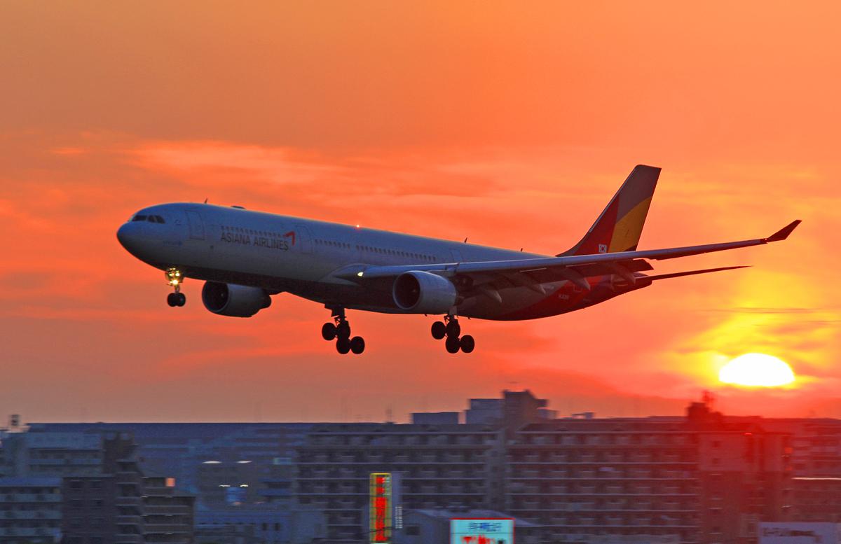FUKUOKA AIRPORT IN SUNSET。_b0044115_852426.jpg
