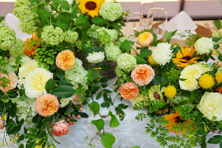 初夏の装花 ザ・ハウス白金様へ ひまわりと新緑の卓上装花_a0042928_14451366.jpg