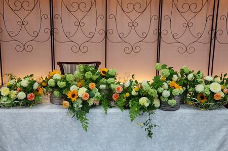 初夏の装花 ザ・ハウス白金様へ ひまわりと新緑の卓上装花_a0042928_1447167.jpg