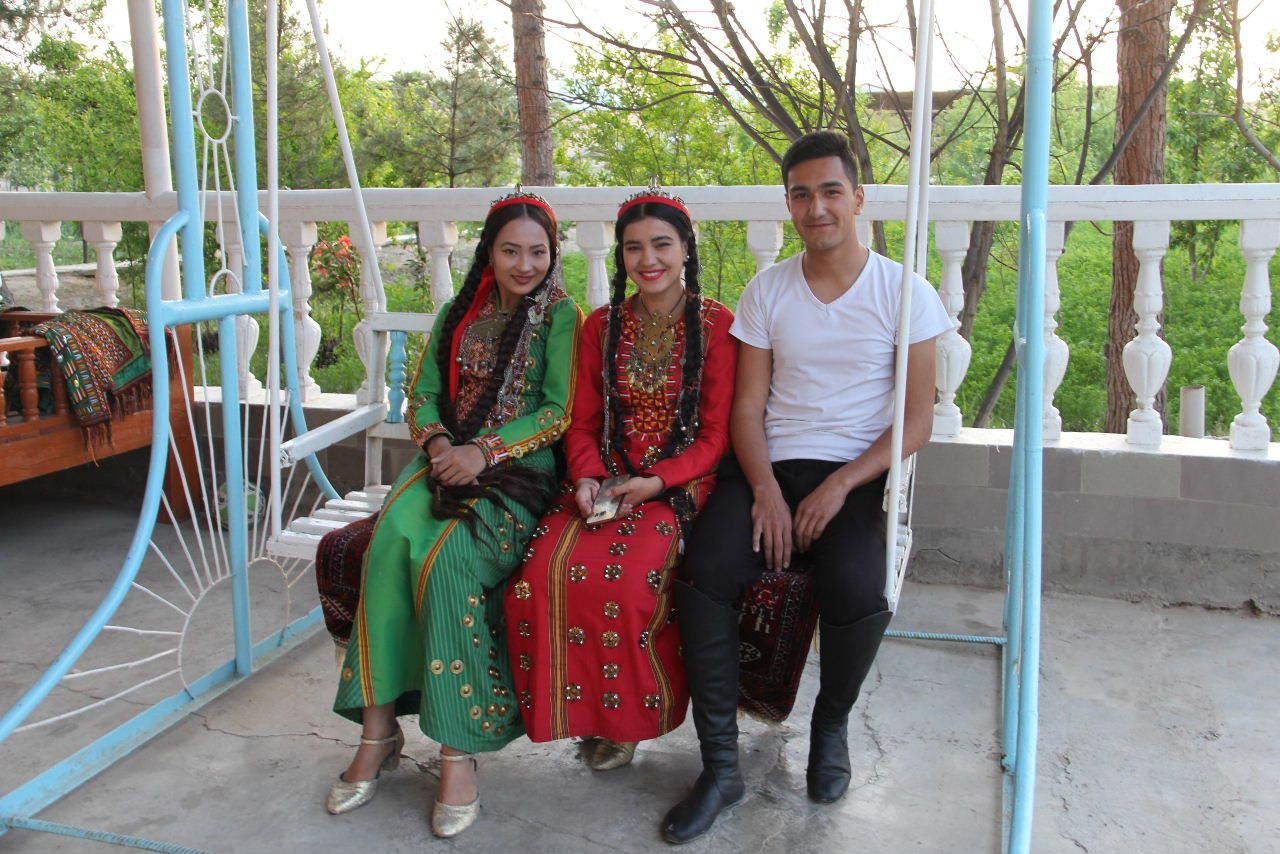 トルクメニスタンの旅(20) マリィの民家で夕食と民族舞踊の宴_c0011649_04090118.jpg