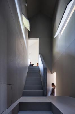 青山の家の階段ホール_e0097130_22565945.jpg