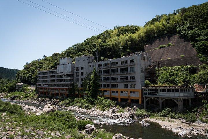 新緑の中で朽ちる老舗旅館_d0353489_20261962.jpg