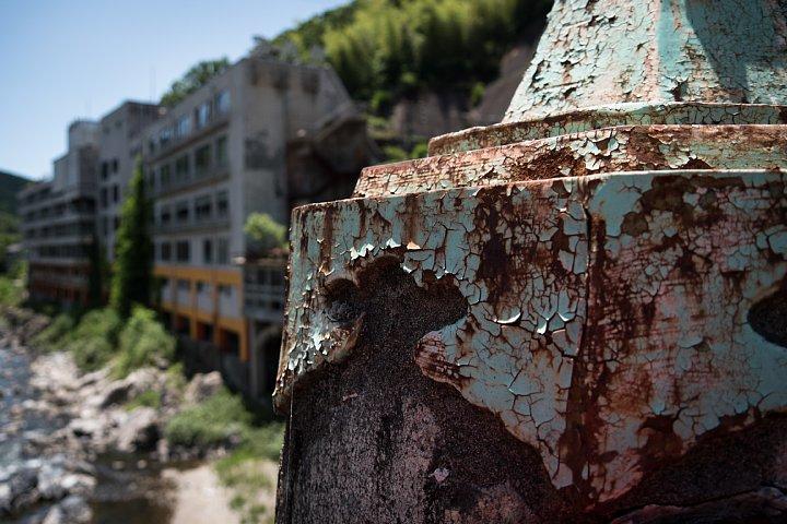 新緑の中で朽ちる老舗旅館_d0353489_8253040.jpg
