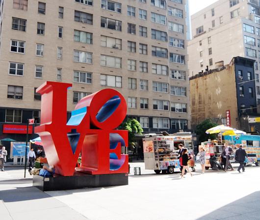 NYの街角アート、お馴染みのLOVE像_b0007805_23225886.jpg