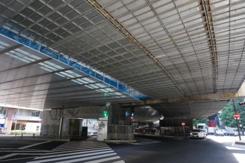 背の低い高速道路は地上道路の屋根_f0055131_09172732.jpg