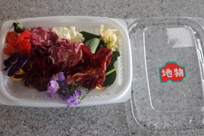 美味しいお土産 「エディブルフラワー (食べことのできるお花)」と完熟トマト。_f0362073_04364188.jpg