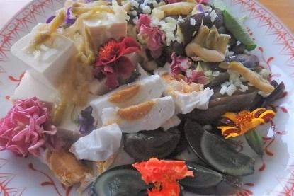 美味しいお土産 「エディブルフラワー (食べことのできるお花)」と完熟トマト。_f0362073_04370692.jpg