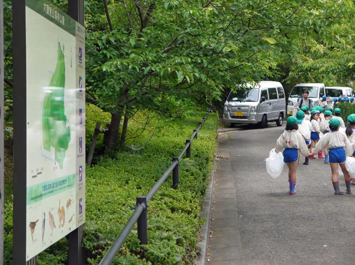 六国見山で幼稚園児が楽しそうにジャガイモ掘り(6・7)_c0014967_246843.jpg