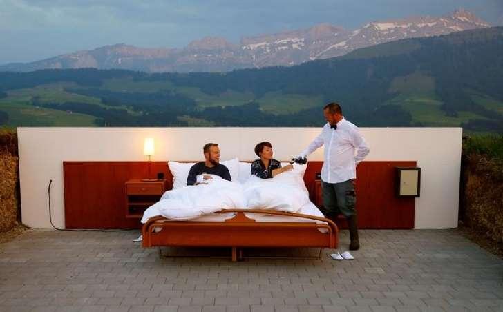 屋根も壁もない寝室で眠るホテル、スイスのアルプスに登場 _b0064113_9462823.jpg