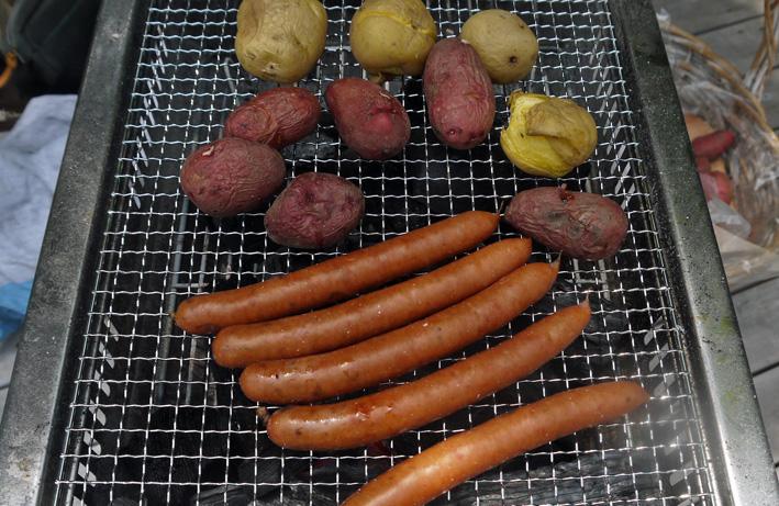 ジャガイモの炭火焼き好評:第6回「山の恵みに乾杯!」_c0014967_8275668.jpg