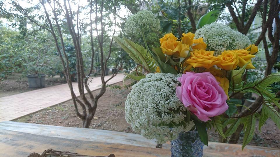 テーブルの花と旬のビワ_b0028299_22273205.jpg