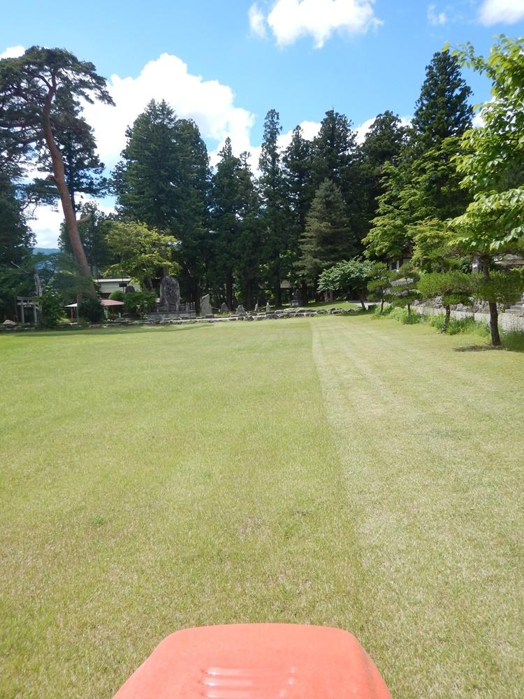 境内芝刈り作業_c0111229_19363385.jpg