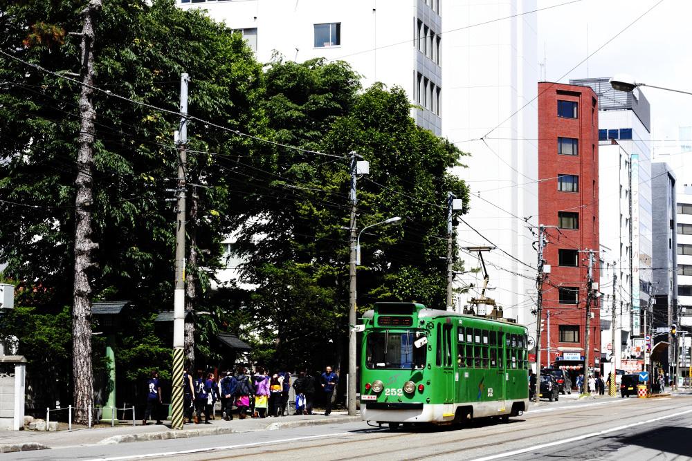 新聞は、札幌まつりの写真と一緒に「夏が来た」と書いている_b0103470_07253395.jpg