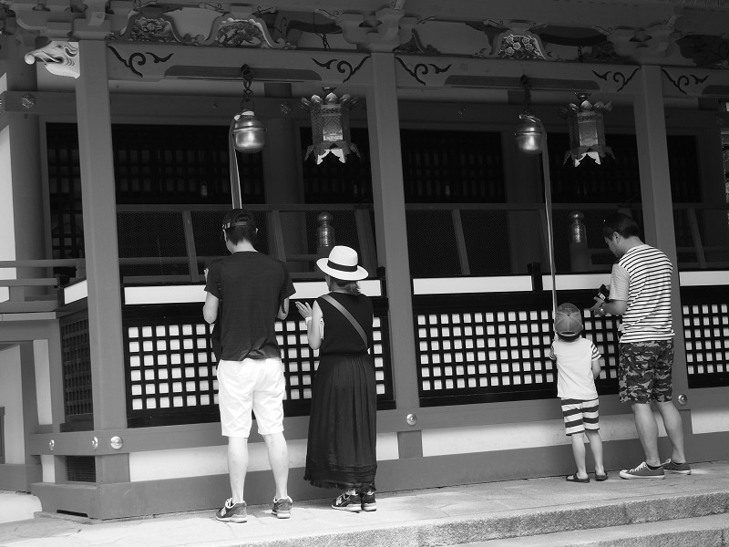 老若男女 参道にて_e0374932_06105433.jpg
