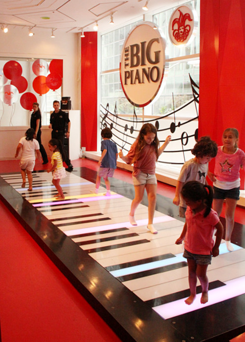 FAOシュワルツで名物だった『ビッグ・ピアノ』がMacy\'sで復活!!!_b0007805_1275153.jpg