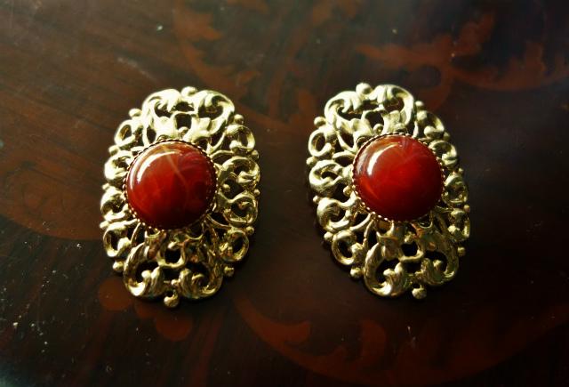赤い石付きゴールドプレート台イアリング 半額_f0112550_05354427.jpg