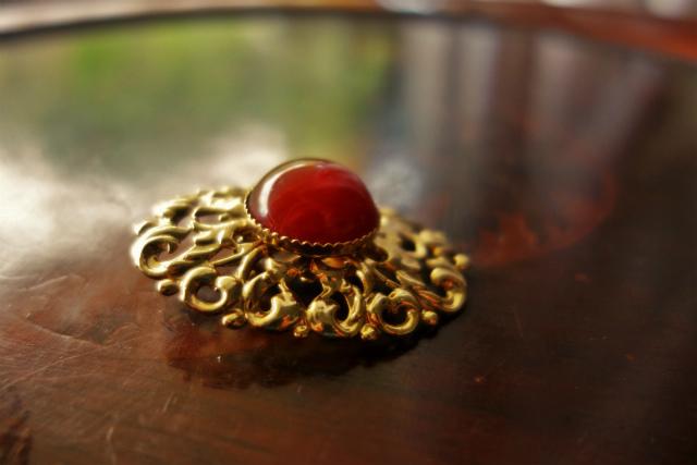 赤い石付きゴールドプレート台イアリング 半額_f0112550_05354446.jpg