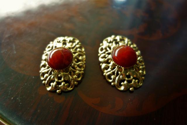 赤い石付きゴールドプレート台イアリング 半額_f0112550_05354614.jpg