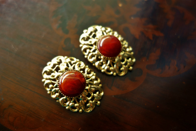 赤い石付きゴールドプレート台イアリング 半額_f0112550_05354622.jpg